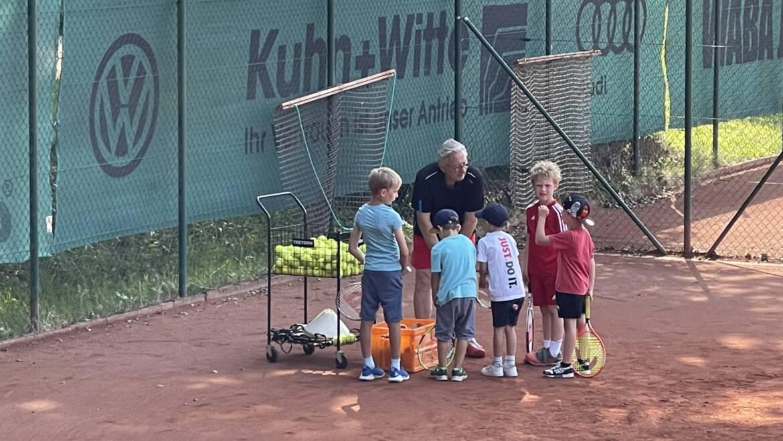 Kids Trainer krank? Kein Problem. Unser Sportwart Rudi springt ein und übernimmt das Training.